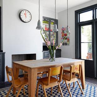 Diseño de comedor de cocina escandinavo, de tamaño medio, con paredes blancas, chimenea tradicional y marco de chimenea de hormigón