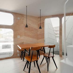 Modelo de comedor de cocina urbano, pequeño, sin chimenea, con paredes beige, suelo de contrachapado y suelo beige