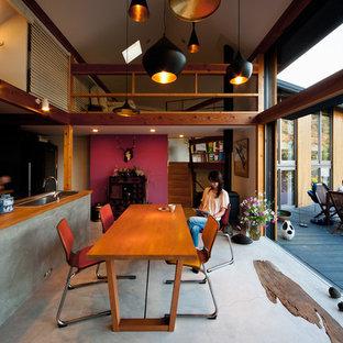 他の地域のエクレクティックスタイルのおしゃれなLDK (コンクリートの床、薪ストーブ) の写真