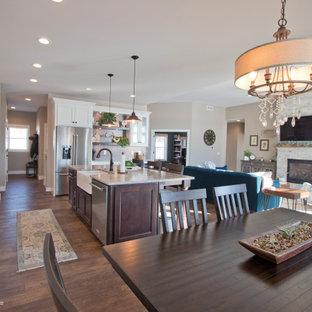 Inredning av ett mellanstort kök med matplats, med beige väggar, vinylgolv, en standard öppen spis och brunt golv