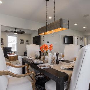 Imagen de comedor de cocina campestre, pequeño, con paredes blancas, suelo de madera clara y suelo gris