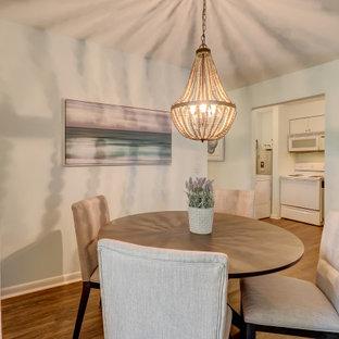 Immagine di una piccola sala da pranzo aperta verso la cucina stile marinaro con pareti blu, pavimento in vinile e pavimento blu