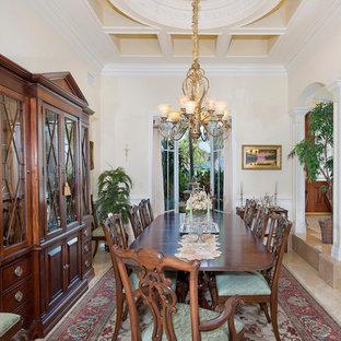 Offenes, Mittelgroßes Kolonialstil Esszimmer ohne Kamin mit beiger Wandfarbe, Porzellan-Bodenfliesen und beigem Boden in Sonstige
