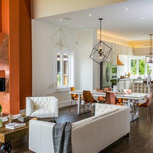 Ispirazione per una grande sala da pranzo aperta verso il soggiorno design con pareti arancioni e parquet scuro