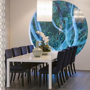 Geschlossenes, Mittelgroßes Retro Esszimmer mit weißer Wandfarbe in Los Angeles