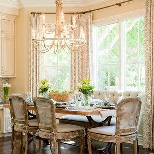 Esempio di una sala da pranzo classica con pareti gialle