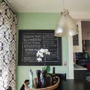 Esempio di una piccola sala da pranzo classica chiusa con pareti verdi, pavimento in legno verniciato, nessun camino e pavimento verde