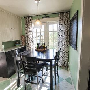 Ispirazione per una piccola sala da pranzo chic chiusa con pavimento in legno verniciato, pareti verdi, nessun camino e pavimento verde