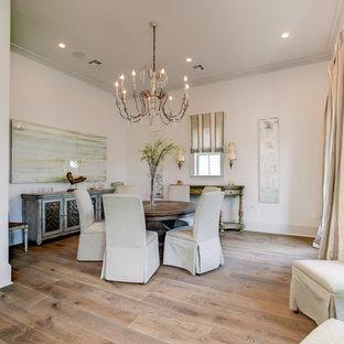 Großes, Offenes Shabby-Chic Esszimmer ohne Kamin mit weißer Wandfarbe, hellem Holzboden und beigem Boden in New Orleans