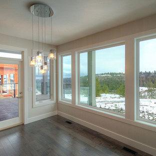 Foto di una sala da pranzo aperta verso la cucina moderna di medie dimensioni con pareti grigie, pavimento in vinile e nessun camino