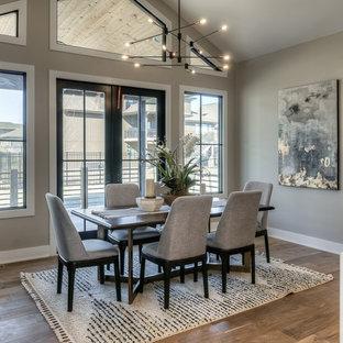 Foto di una sala da pranzo design con pareti grigie, pavimento in legno massello medio e pavimento marrone