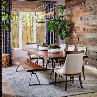 Ejemplo de comedor de estilo de casa de campo, de tamaño medio, con paredes beige y suelo de travertino