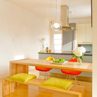 トロントの中くらいのコンテンポラリースタイルのおしゃれなダイニングキッチン (白い壁、竹フローリング) の写真