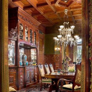 Esempio di una sala da pranzo chic chiusa e di medie dimensioni con pareti verdi, pavimento in legno massello medio e nessun camino