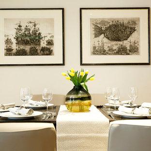 Ispirazione per una grande sala da pranzo aperta verso il soggiorno tradizionale con pareti bianche, parquet chiaro, camino classico e pavimento giallo