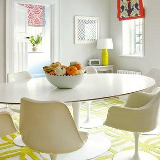 Exemple d'une grand salle à manger ouverte sur la cuisine chic avec un mur gris, un sol jaune et un sol en bois clair.
