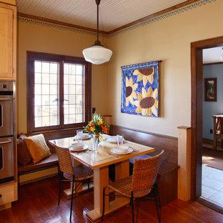 Idee per una sala da pranzo aperta verso la cucina stile americano con pareti beige e pavimento in legno massello medio