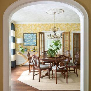Foto di una grande sala da pranzo classica chiusa con pareti gialle e parquet scuro