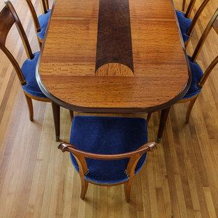 Foto de comedor clásico, de tamaño medio, cerrado, sin chimenea, con paredes blancas, suelo de madera clara y suelo marrón