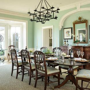 Ispirazione per una sala da pranzo tradizionale con pareti verdi, pavimento in legno massello medio, pavimento marrone e boiserie