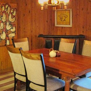 Imagen de comedor rural, pequeño, cerrado, sin chimenea, con paredes marrones, moqueta y suelo rojo