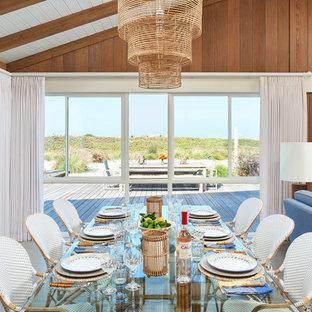 Idee per una sala da pranzo aperta verso il soggiorno moderna di medie dimensioni con pavimento in vinile, pareti marroni, nessun camino e pavimento grigio