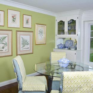 Foto de comedor clásico, de tamaño medio, cerrado, con paredes verdes, suelo de madera oscura y suelo marrón