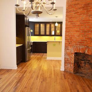 Идея дизайна: столовая среднего размера в викторианском стиле с белыми стенами, светлым паркетным полом, угловым камином и фасадом камина из кирпича