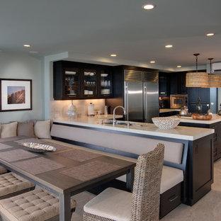 サンディエゴの中くらいのトロピカルスタイルのおしゃれなダイニングキッチン (グレーの壁、磁器タイルの床、暖炉なし、ベージュの床) の写真
