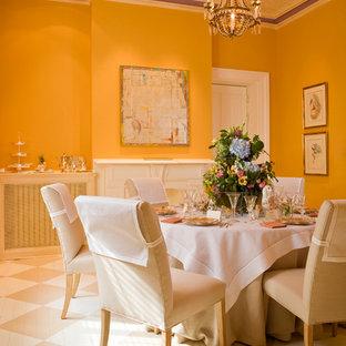 Immagine di una sala da pranzo aperta verso il soggiorno chic di medie dimensioni con pavimento in legno verniciato, camino classico, cornice del camino in intonaco e pareti gialle