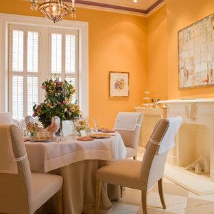 Ispirazione per una sala da pranzo aperta verso il soggiorno chic di medie dimensioni con pavimento in legno verniciato, camino classico, cornice del camino in intonaco e pareti gialle