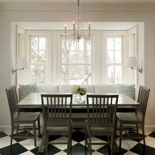Immagine di una sala da pranzo tradizionale con pareti bianche, pavimento in legno verniciato e pavimento multicolore