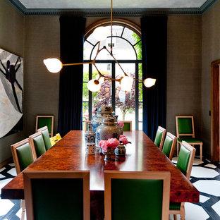 Foto di una sala da pranzo design chiusa con pareti marroni e pavimento in legno verniciato