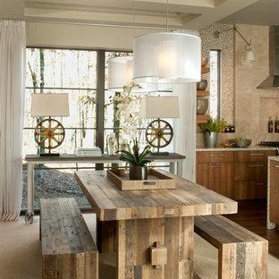 Immagine di una sala da pranzo aperta verso la cucina chic di medie dimensioni con moquette, pareti con effetto metallico, nessun camino e pavimento beige