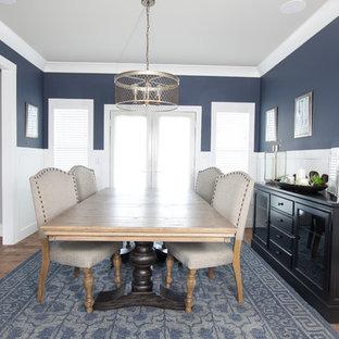 На фото: большие отдельные столовые в стиле кантри с синими стенами и светлым паркетным полом