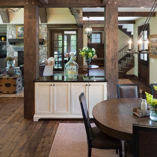 Ispirazione per un'ampia sala da pranzo aperta verso il soggiorno rustica con pavimento in legno massello medio e pareti rosse