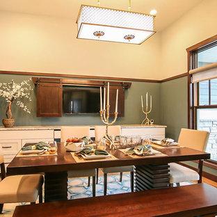 Ispirazione per una grande sala da pranzo american style con pareti blu e parquet chiaro