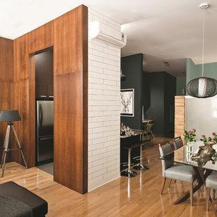 Modelo de comedor de cocina contemporáneo con paredes verdes y suelo de madera clara