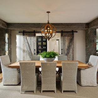 Inspiration pour une salle à manger chalet avec un mur beige et un sol en bois brun.