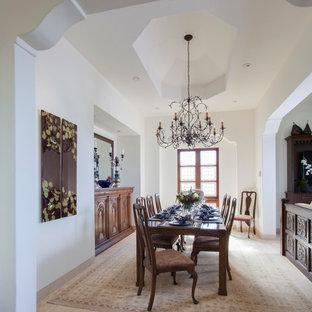 Foto di una sala da pranzo mediterranea di medie dimensioni con pareti bianche, pavimento in travertino e nessun camino