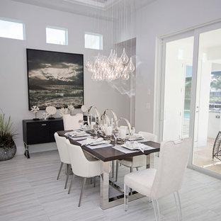 Sala da pranzo aperta verso la cucina con pavimento in marmo - Foto ...