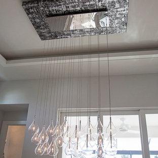 На фото: большая кухня-столовая в стиле модернизм с белыми стенами и мраморным полом