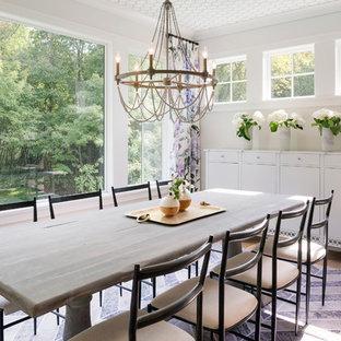 Неиссякаемый источник вдохновения для домашнего уюта: кухня-столовая среднего размера в стиле современная классика с белыми стенами, паркетным полом среднего тона и коричневым полом без камина
