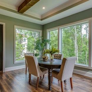 Immagine di una grande sala da pranzo aperta verso il soggiorno classica con pareti arancioni, parquet scuro e pavimento marrone