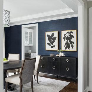Неиссякаемый источник вдохновения для домашнего уюта: отдельная столовая в стиле кантри с синими стенами, паркетным полом среднего тона и коричневым полом