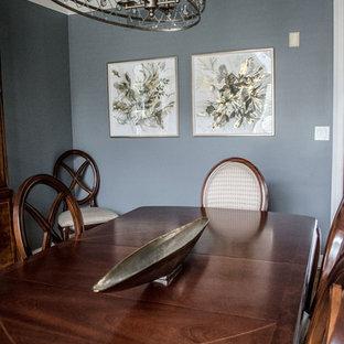 Inspiration pour une salle à manger traditionnelle fermée et de taille moyenne avec un mur gris, un sol en bois brun et un sol orange.