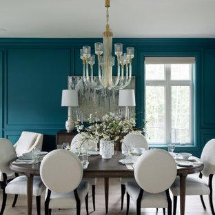 Idée de décoration pour une grande salle à manger ouverte sur le salon tradition avec un mur bleu, un sol en bois clair, aucune cheminée et un sol beige.