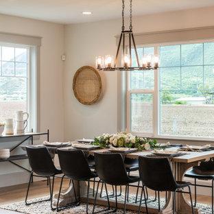 Diseño de comedor de estilo americano, grande, abierto, sin chimenea, con paredes beige, suelo marrón y suelo de madera en tonos medios