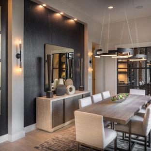 オースティンの大きいコンテンポラリースタイルのおしゃれなダイニング (磁器タイルの床、ベージュの壁、暖炉なし、ベージュの床) の写真