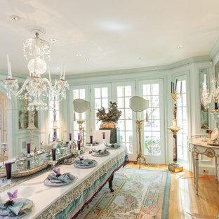 Immagine di un'ampia sala da pranzo classica chiusa con pareti multicolore, moquette, camino classico, cornice del camino in legno e pavimento multicolore